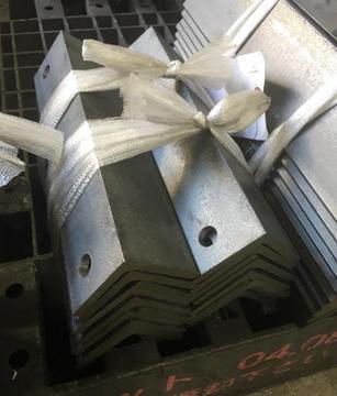 アングル6x50x50 丸鋸切断と2x12φの穴あけ加工